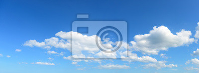 Panoramiczny niebo z biel chmurą na słonecznym dniu