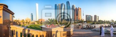 Fototapeta Panoramiczny widok Abu Dhabi linia horyzontu przy zmierzchem, Zjednoczone Emiraty Arabskie