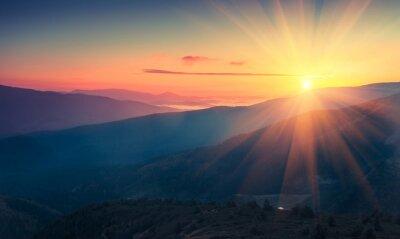 Fototapeta Panoramiczny widok kolorowe wschodzie słońca w górach. Filtrowany obraz: krzyż przetwarzane rocznika efekt.