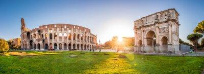 Fototapeta Panoramiczny widok Koloseum i Łuk Konstantyna o świcie. Rzym, Włochy