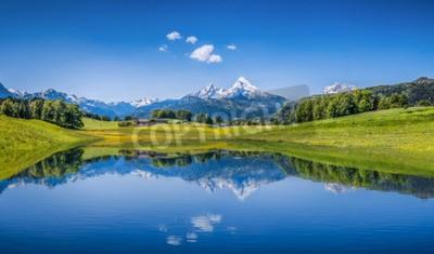 Fototapeta Panoramiczny widok na idylliczny krajobraz lato w Alpach jasne górskie jeziora i świeżych zielonych pastwiskach górskich w tle