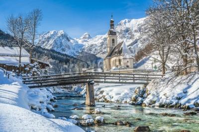 Fototapeta Panoramiczny widok na malowniczy krajobraz zimowy w Alpach Bawarskich ze słynnym kościele parafialnym św Sebastian w miejscowości Ramsau, Nationalpark Berchtesgadener, Górna Bawaria, Niemcy