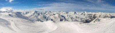 Fototapeta Panoramiczny widok na pasmo górskie ze stoku narciarskiego