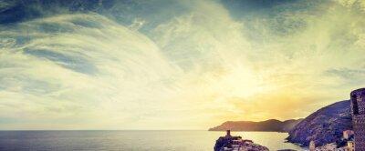 Fototapeta Panoramiczny widok na pochmurne niebo i morze o zachodzie słońca