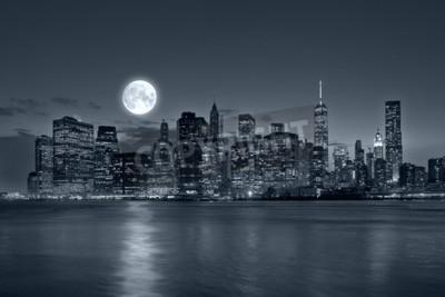 Fototapeta Panoramiczny widok New York City Manhattan skyline downtown w nocy z wieżowców niebieski tonalności i jasny księżyc w pełni