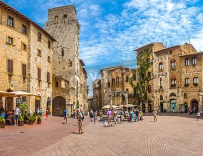 Fototapeta Panoramiczny widok słynnego Piazza della Cisterna w zabytkowym mieście San Gimignano w słoneczny dzień, Toskania, Włochy