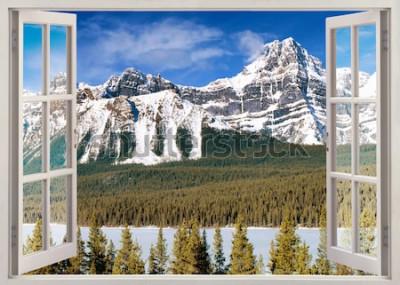 Fototapeta Panoramiczny widok z otwartego okna na szczyty śniegu Kanadyjskich Gór Skalistych w lecie