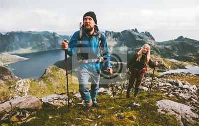 Fototapeta Para podróżnicy wycieczkuje w górach rodzinny podróżuje wpólnie przygoda stylu życia pojęcie być na wakacjach plenerowy