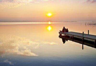 Fototapeta pareja de la puesta novios mirando de sol