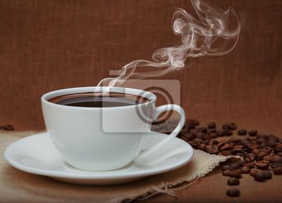 parującej kawy na tle lnu