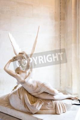 Fototapeta Paryż - 23 czerwca: Cupid pomnik w dniu 23 czerwca 2014 roku Paryż. Antonio Canova w posąg Psyche budzona przez pocałunek Kupidyna, pierwsze zlecenie w 1787 roku, jest przykładem neoklasycystycznym na