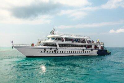 Fototapeta Pasażerowie statku Big białe na niebieskim morzu tropikalnych