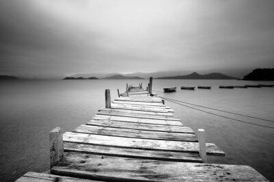 Fototapeta Patrząc na molo i łodzi, czarne i białe