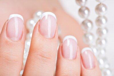 Fototapeta Paznokcie Piękne kobiety z french manicure i perły