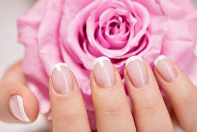Fototapeta Paznokcie Piękne kobiety z french manicure i róży