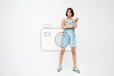 Pełna długość portret poważnie ładna dziewczyna z przekreślonym han