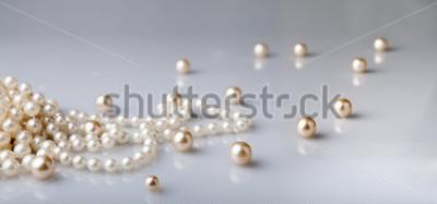 Fototapeta perły i perły z refleksji na szarym tle
