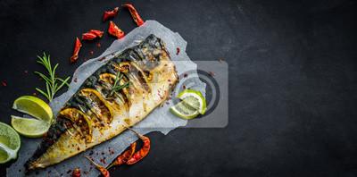Fototapeta Piec na grillu makreli ryba z wapnem na czarnym tle, kopii przestrzeń smażąca ryba i warzywa
