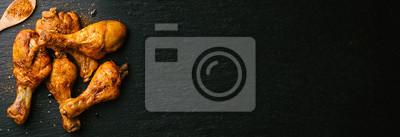 Fototapeta Pieczone udka z kurczaka z grilla na łupku