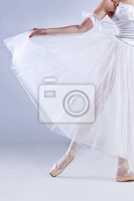 Piękna balerina posing na szarym tle studio