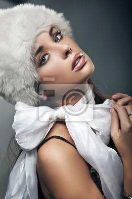Piękna brunetka z kokardą