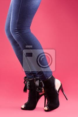 Piękna dziewczyna nogi w czarnych sandałach
