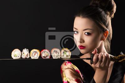 Fototapeta piękna dziewczyna samuraj z mieczem i rolek