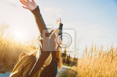 Fototapeta Piękna dziewczyna w polu pszenicy o zachodzie słońca.