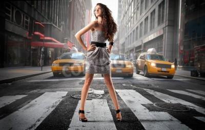 Fototapeta Piękna elegancka kobieta stojąca na środku ulicy miasta