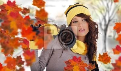 Fototapeta Piękna kobieta nosi czapkę i rękawiczki i liści klonu