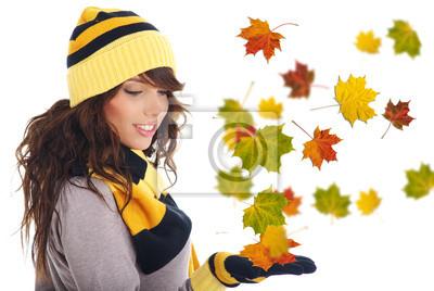 Fototapeta Piękna kobieta nosi czapkę i rękawiczki . liści w tle