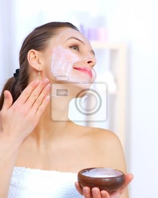 Piękna kobieta stosowania Naturalne domowych twarzy maskę