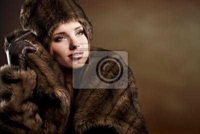 Fototapeta piękna kobieta w futrze