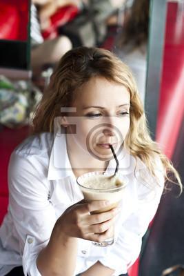 Piękna kobieta w kawiarni ulicy, z filiżanką