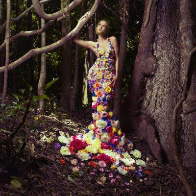 Fototapeta Piękna kobieta w sukni z kwiatami