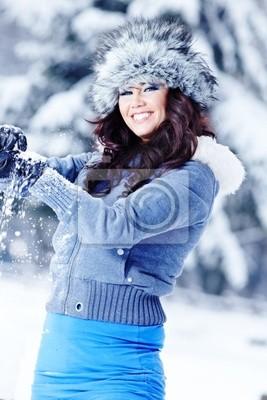 Fototapeta Piękna kobieta w zimowej scenerii