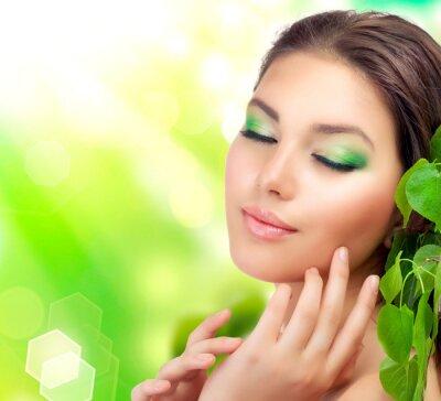 Fototapeta piękna kobieta z zielonymi liśćmi