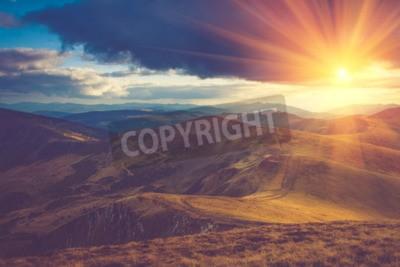 Fototapeta Piękna krajobrazu w górach w słońcu.