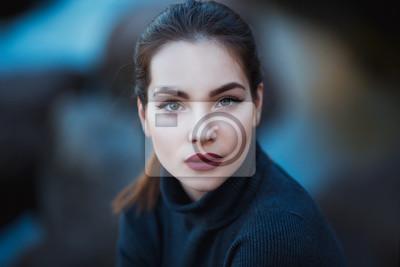 Fototapeta Piękna młoda kobieta. Dramatyczny odkryty portret sensual brunetka kobieta z długimi włosami. Smutna i poważna dziewczyna.