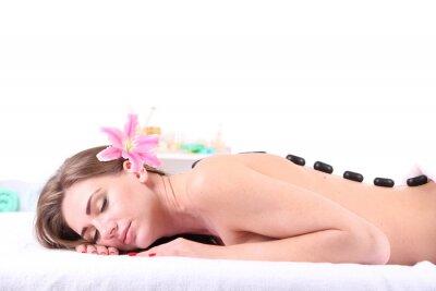 Fototapeta Piękna młoda kobieta o masaż kamieniami w salonie spa