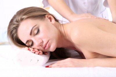 Fototapeta Piękna młoda kobieta o masaż pleców w salonie spa