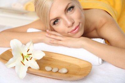 Fototapeta Piękna młoda kobieta o relaks w salonie spa