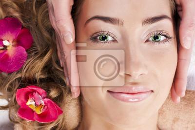 Piękna młoda kobieta relaksu w salonie spa