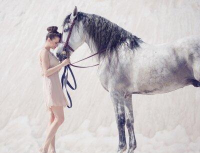 Fototapeta Piękna młoda kobieta, tulenie konia