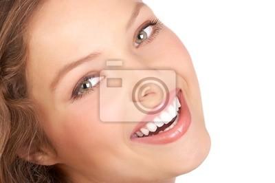 Piękna młoda kobieta uśmiecha się . Pojedynczo na białym tle .