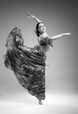 Fototapeta Piękna młoda kobieta w sukni w studio tańca