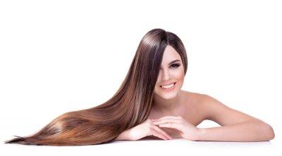 Fototapeta Piękna młoda kobieta z długimi włosami samodzielnie na białym tle