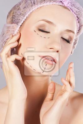 Piękna młoda kobieta z linii perforacji na jej twarzy