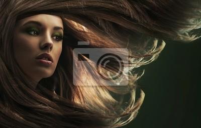 Piękna pani z długimi brązowymi włosami