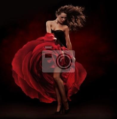 Piękna tancerka ma na sobie czerwoną sukienkę